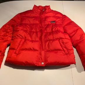 Levis jakke til dreng sælges  Den er brugt 1 gang, da den desværre blev købt for lille. Derfor står den som ny  Nypris: 800 DKK Prisforslag: 450 DKK   Den er en størrelse 14 år, men den er lille i størrelsen   Kom gerne med et bud eller spørg for mere information😃