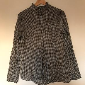 Sort/hvid ternet skjorte med virkelig fin krave. Aldrig brugt!