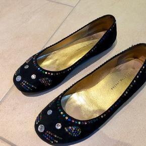 Søde fine sko i sort ruskind med perler. Meget få perler er faldet af bag på (se billede)