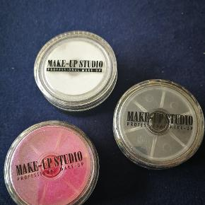 Glimmer Effects fra Make up Studio. *Sort . Aldrig brugt  *Pink. Brugt lidt af  *Hvid. Brugt lidt af  Løse glimmere til at give the sidste touch på makeuppen.  Sælges for 35 kr. Stykket