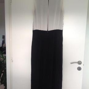Smukkeste aften kjole, vaskemærket er klippet ud derfor ca, 38. Kanten forneden skal lægges op derfor den lave pris