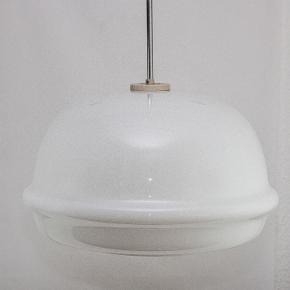 Glaslampe art deco fra tidligere Czechoslovakiet 1960'erne. Flot design I kvalitet glaskunst. Stor hængende lampe Ø 47 cm. Restaureret med ny ledning. 5 enestående eksemplar af Samme model.