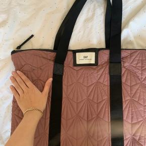 Sælger denne day ET shopper taske da jeg ikke får den brugt mere. Eneste tegn på slid er denne lille plet (billede) som jeg ikke lige ved hvad er ellers er den i fin stand. Måler: L54xH43xD15🧚🏼♀️