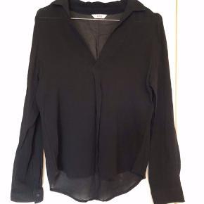 """Casual skjorte fra Envii i let transparent stof. Skjorten har """"læg"""" i stoffet fortil. Brugt få gange og fejler intet."""