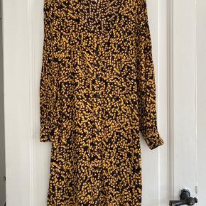 Virkelig fin kjole med en elegant halsudskæring og sorte knapper ned foran. Jeg har selv kortet kjolen af og lagt op, fordi jeg synes den originalt var for lang/tung, så nu går den ca. til knæene(jeg er 1.69cm).   Sender hver onsdag og lørdag 👉🏻 📦