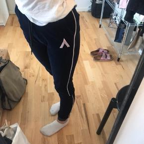 Mørkeblå velour bukser fra AMOV  Købt i magasin og næsten ikke brugt  Np: 400 Mp: 70kr Sender og mødes i Aarhus  skriv for mere information ❤️