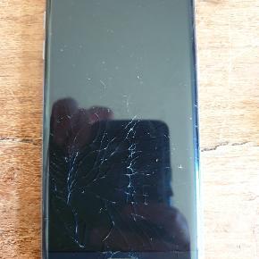 Samsung Galaxy s7 edge, ca. 2,5 år gammel. Skærmen er krakeleret, men den virker perfekt stadig.  Der er ingen ridser eller skader ved kameraerne. Der medfølger oplader med 120 cm. Ledning og lædercover.