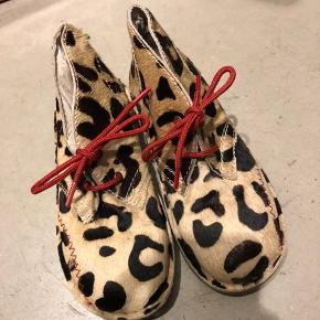 Flotte skind sko sælges Aldrig brugt Leopart  Sender gerne