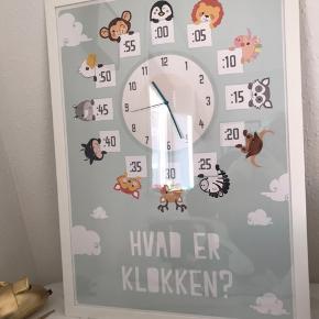 Lær klokken plakat med urværk påsat.  Ur værket virker ikke men kan bruges til barnet selv kan dreje på viserne. Super god til at lære klokken med. Viserne er lidt bøjet efter brug men har ingen betydning. Sendes ikke  70x50