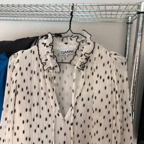 Helt ny smuk ganni kjole i størrelse 40, sælges da jeg ikke synes den klæder mig. Tager derfor heller ikke billede med den på, kan passes af en 36-40 alt afhængigt af ønsket look, ideel til en størrelse 38/40.