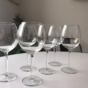 6 stk store vinglas. Har stået i kælderen i en kasse, så de trænger til lidt rengøring.