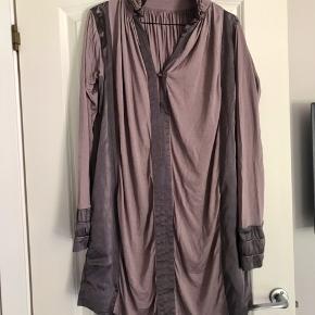 Super fin kjole i skøn farve fra Munthe. Har flere fine detaljer og silken står stadig rigtig flot. Den er mega flot med en høj stilet. Både fed med åben hals eller lukket. Går også godt til evt coated leggings under. Der er  lidt bitte små pletter på (se billede) havde ikke opdaget det før jeg nærstuderede den, men har heller ikke prøvet at få dem af ☺️  Se også alle mine andre annoncer 💃💃  Byd!