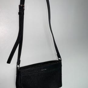 Calvin Klein taske sælges. Justerbar længde på remmen. Se nærbillede for detaljer Mp 250 kr pp