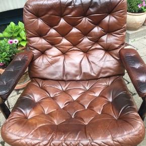 Rigtig behagelig DUX læder lænestol af et godt eksklusivt  mærke. Som ny sælges denne stol til 20.000kr  Har 2 stk. den ene mangler dog armlæn men kan købes. Har en del patina som gør den rigtig behagelig at sidde i. Begge stole kan købes samlet for 4.500kr