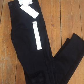 """Helt nye, kun prøvet på. Sort ultra stretch jeans med """"hul på knæ"""" Sælges da de er købt i forkert str Før før 359 Nu 150 ☀️sender med DAO ☀️modtager betaler Porto ☀️kan afhentes på Østerbro  ☀️eller giv et realistisk bud"""