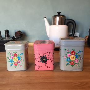 Søde tinæsker til køkkenet med blomstermotiv. Den store er 14 cm. høj og 11 bred, de to små er 12 cm. høje og 9,5 brede. Prisen er for alle 3.