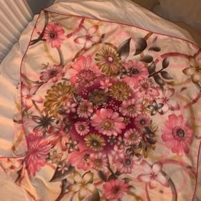 Vintage tørklæde🌸  Dette fine vintage tørklæde, kan bindes/bruges som lystes.   Sælges da jeg aldrig har fået det brugt.