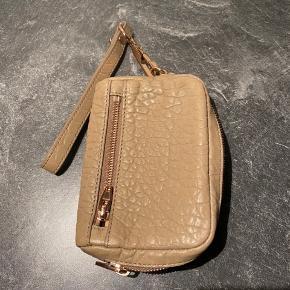 Lækker pung fra Alexander Wang i beige med rosaguld  Brugt x1  Har desværre ikke kvittering og dustbag mere , men står inde for ægtheden