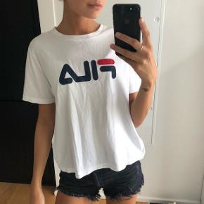 Cropped Fila t-shirt. Aldrig været i brug. Købt i urban outfitters. Størrelse m. Passe nok en xs eller small bedst.