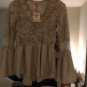 En flot helt ny Buch bluse , som ikke har været på udsalg , før pris 369kr nu pris 200kr lidt beige/brun tunika med pris mærke . Købt for lille , desværre. Med blonder sendes og afhentes