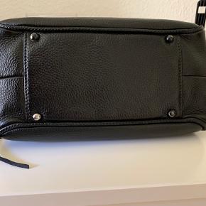 Chanel Lax Tassel Bag Pebbled Leather Medium.  28x15x13 og kan laves større ved at åbne den i siderne.   Jeg har købt den på Vestiere Collective, så den er autensiteret. Den var baige da jeg købte den. Jeg har efterfølgende farvet den og fået 24k på logoet. Så HW er en blanding af guld og sølv.   Den er i super stand ingen slid eller skader, jeg fik den fixet da jeg selv ville beholde den, men jeg har faldet for en anden taske, så jeg overvejer at sælge den (har lidt for mange chanel tasker) så den bliver kun solgt ved rette bud.