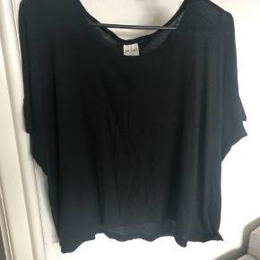 Oversize t-shirt fra Monki. Brugt én gang. Jeg sender gerne.