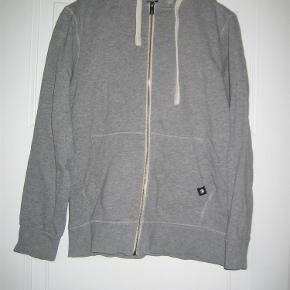 Varetype: God trøje med lynlås og hætte Størrelse: Medium Farve: Grå Oprindelig købspris: 399 kr.  Pæn og velholdt trøje. Mindstepris 75 +