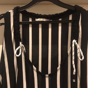 Smart sort / hvid stribet Jersey maxi kjole fra MAT  Smart bånd i siden og fed detajle i halsen .  Den er med lommer  Str L ( 50-52 )   Ny pris 995 kr