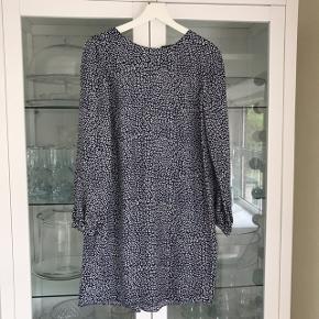 Smuk kjole - måske studentertøj? 💙 Passer  36/M