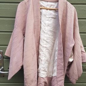 Ægte japansk kimono i svag rosa og creme foer.  Så smuk.
