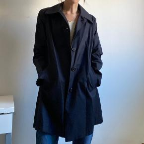 Flot frakke fra Ralph Lauren. Er til salg både på som herre og kvinde model, da jeg vil mene den kan bruges af begge køn. Oprindeligt en herremodel.   Ses her på kvinde str. xs. Oversized fit.