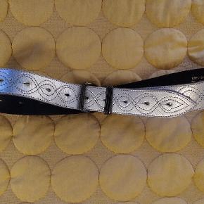 Sølvfarvet, bredt læderbælte.