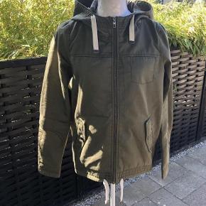 Smart  forårs jakke Størrelse: XS Farve: Støv grøn Oprindelig købspris: 299 kr.  Super udsalg.... Jeg har ryddet ud i klædeskabet og fundet en masse flotte ting som sælges billigt, finder du flere ting, giver jeg gerne et godt tilbud..............  Lækker  jakke fra Only str XS  * Brugt 2 uger  Sendes med DAO