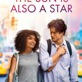 0564  Sun Is Also a Star, The (DVD) Dansk Tekst - I FOLIE   The Sun Is Also a Star Skæbnen er på spil, da romantikeren Daniel og den jamaicansk-fødte pragmatiker Natasha mødes – og forelsker sig - en magisk dag i New York. Men kan skæbnen forvandle den umulige teenageforelskelse til lykkelig kærlighed? Der er kun få timer tilbage af dagen, som tegner til at blive Natashas sidste i USA. Hun kæmper både mod sin families udvisning og de spirende følelser for Daniel. Han kæmper til gengæld hårdt for at overbevise hende om, at de er bestemt for hinanden. Tekst fra pressemateriale