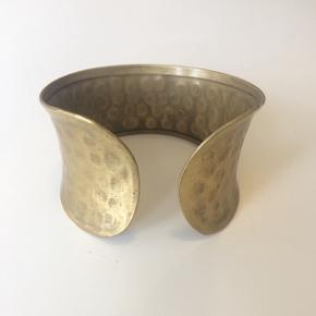 Armbånd i banket metal  Kan udvides og bruges længere oppe på armen som armring  Alle varer under 500 kr: Køb 3, få den billigste gratis!  Armbånd // armring // GOT // viking // guld // red miljøet // køb genbrug