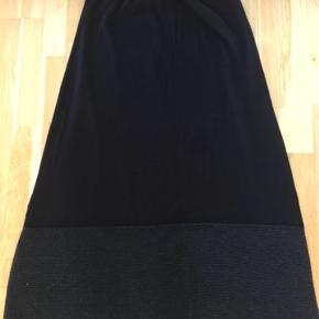 Så smuk lang nederdel med elastik i livet - et stykke med gråt glimmer forneden - hvilket er super flot - #30dayssellout