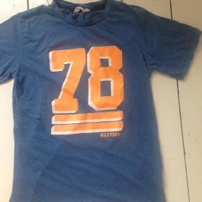 Varetype: T-shirtFarve: Blå Prisen angivet er inklusiv forsendelse.  Se mine andre annoncer og Byd:)