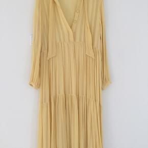 Flot gul kjole - i str xs  Knappes foran og bindebånd Underkjole medfølger