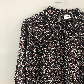Rigtig sød kjole fra JDY sælges. Perfekt til dansk sommer og eventuelt uden på et par bukser ☀️ brugt få gange.   #secondchancesummer