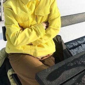 Sej fløjlsjakke fra Envii i en fed gul farve. Den er str. XS, men fitter også en small ☺️