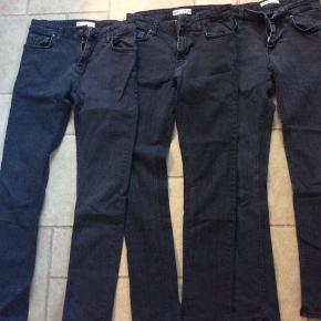 2 par rigtig gode jeans i modellen Sicko og farven Grey Night som er en meget mørk koksgrå der ligner forvasket sort. Det midterste par kun brugt et par gange og de andre måske 4-5 gange. Alle str 30 / 32 Samlet pris