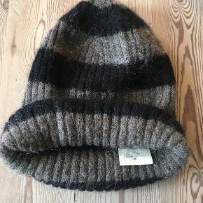 Lækker Julie Fagerholt/Heartmade hue i One Size i sort/grå. Den er lavet af Mohair/polyamide. Brugt 2 gange. BYTTER IKKE. Sælges for 400 kr. Se også mine andre annoncer!!!