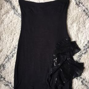 Virkelig fin sort stropløs kjole med paliet flæse detaljer  Brugt en enkelt gang Størrelse 2 / small  Spørg gerne for flere billeder ☀️☀️🐝  Kom gerne med bud og tjek mine andre annoncer, sælger ud af en masse tøj, da det desværre er blevet for stort ✔️🙋🏼♀️   Er altid klar på en hurtig handel ☺️🌸