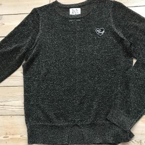 Varetype: Glimmer trøje Størrelse: Medium Farve: Sort Oprindelig købspris: 700 kr.  Glitter trøje i sort/sølv fra Zoe Karssen