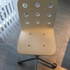 Fin hvid kontorstol til børneværelset. Få brugsspor. Nypris 299kr