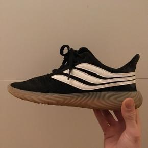 En par Adidas sobakov sneaks, har kun brugt dem 4-5 gange, så de er helt ligesom nye.