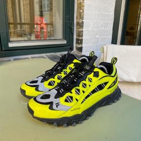 Sælger de her vildt fede trail sneakers fra Fila. En mega fed sko som er meget på mode med trail looket lige nu. Fås meget billigere end resten af konkurrencen, og kvaliteten og looket er det samme. Næsten ikke brugt.  Str 42 Cond 8,5-9/10  Skriv hvis du har nogen spørgsmål eller bud. Husk at checke mine andre annoncer for andre fede ting, rabat forekommer ved køb af flere ting:)