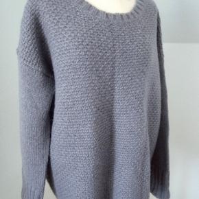 Gråblå. Lækker blød og lun oversized sweater i uld, akryl og mohair. Lidt længere bagtil (71 cm) end fortil (65 cm). Brystvidde ca. 130 Bytter ikke