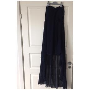 """Rigtigt fin kjole, stropløs med """"slæb"""" på bagsiden. Foran går den til lige over knæet"""
