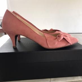 Smukke rosa / pink pumps i ruskind fra Marie Monin. Perfekt hælhøjde. Aldrig brugt, kun prøvet på. Med æske og dustbag.  Venligst se mine andre annoncer!